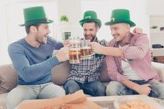 Begrepp för dag för St Patrick ` s Stående av att skratta som är gladlynt, positi Royaltyfria Foton
