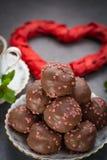 Begrepp för dag för valentin` s, chokladprofiteroles med rosa hjärtor Arkivbild