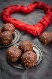Begrepp för dag för valentin` s, chokladprofiteroles med rosa hjärtor Royaltyfri Bild