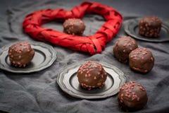 Begrepp för dag för valentin` s, chokladprofiteroles med rosa hjärtor Arkivbilder