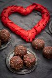 Begrepp för dag för valentin` s, chokladprofiteroles med rosa hjärtor Arkivfoton