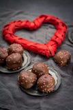 Begrepp för dag för valentin` s, chokladprofiteroles med rosa hjärtor Royaltyfri Fotografi
