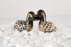Begrepp för dag för valentin` s Koppla ihop förälskat, det precis gift eller bröllopsresa begreppet Par av leksaken för stenmanda royaltyfri fotografi