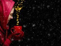 Begrepp för dag för valentin` s med hjärtor och koppen över svart backgroun Royaltyfri Foto