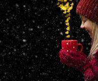 Begrepp för dag för valentin` s med hjärtor och koppen över svart backgroun Fotografering för Bildbyråer