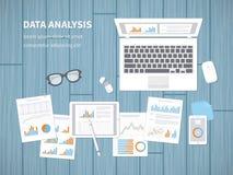 Begrepp för dataanalys Finansiell revision, SEO-analytics, statistik som är strategisk, rapport, ledning Diagram diagram på en bä Royaltyfri Bild