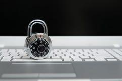 Begrepp för datorsäkerhet, hänglås på bärbar datortangentbordet royaltyfri bild