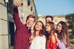 Begrepp för datummärkning för fritid för Selfie kamratskapminnen arkivfoton