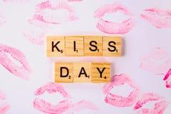 Begrepp för den internationella dagen av kyssar Kanten skrivar ut på lyckliga dagkyssar för papper och för text Arkivbilder