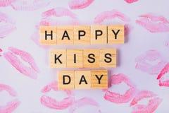 Begrepp för den internationella dagen av kyssar Kanttryck på papper Fotografering för Bildbyråer