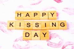 Begrepp för den internationella dagen av kyssar Kanttryck på papper Arkivfoton