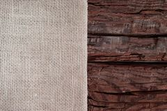 Begrepp för design för Season's hälsningkort Beige torkduk på en grov röd wood bakgrund med kopieringsutrymme arkivbild