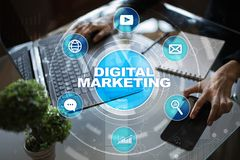 Begrepp för Digital marknadsföringsteknologi Internet Direktanslutet SökandemotorOptimisation SEO SMM annonsering royaltyfri foto