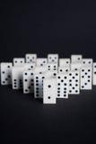 Begrepp för dominoledarebuissnes på svart bakgrund Royaltyfri Foto