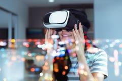Begrepp för dubbel exponering av den unga kvinnan som spelar virtuell verklighet fotografering för bildbyråer