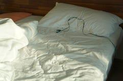 Begrepp för earbud för tidig wakeup för morgonsäng vaket smutsigt Royaltyfri Bild
