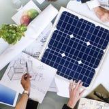 Begrepp för energi för solenergi för diskussion för affärsfolk fotografering för bildbyråer
