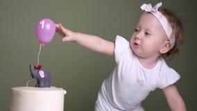 Begrepp för födelsedagkaka Exklusiva födelsedagkakor Begreppet av en ferie för barn` s stock video