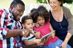Begrepp för förälskelse för samhörighetskänsla för familjavkopplingbarnuppfostran fotografering för bildbyråer