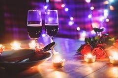 Begrepp för förälskelse för valentinmatställe romantiskt/romantisk tabellinställning som dekoreras med den röda hjärtagaffelskede fotografering för bildbyråer