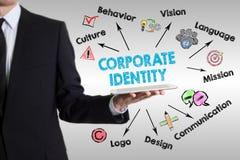 Begrepp för företags identitet med den unga mannen som rymmer en minnestavladator royaltyfri bild