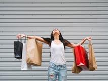 Begrepp för försäljning för shoppingkvinnalycka Fotografering för Bildbyråer