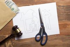 Begrepp för familjlag Skilja sig från avsnittet av egenskapen vid lagligt betyder paper sax för cutting arkivbild