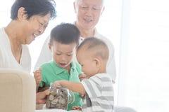 Begrepp för familjpengarbesparing Royaltyfria Bilder