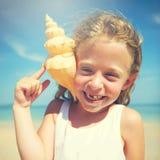 Begrepp för ferie för sommar för strand för flickasnäckskalkust Royaltyfri Fotografi