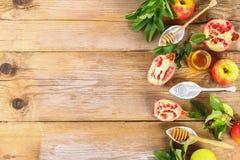Begrepp för ferie för nytt år för Rosh hashanah judiskt Traditionellt symbol Äpplen honung, granatäpple kopiera avstånd Top beskå royaltyfria bilder