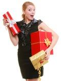 Begrepp för ferieförälskelselycka - flicka med gåvaaskar Royaltyfri Fotografi