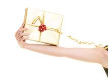 Begrepp för ferieförälskelselycka - flicka med gåvaasken Royaltyfria Bilder