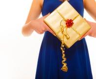 Begrepp för ferieförälskelselycka - flicka med gåvaasken Royaltyfria Foton