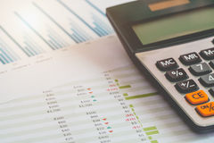 Begrepp för finansiell ledning, räknemaskin och många dokument av den personliga budgeten med en bärbar dator på tabellen royaltyfri bild