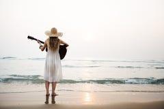 Begrepp för flicka för kvinnagitarrdam Rhythm Beach Holiday Arkivfoto