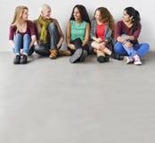 Begrepp för flickvän för sammanträde för flickakamratskapsamhörighetskänsla talande Arkivfoton