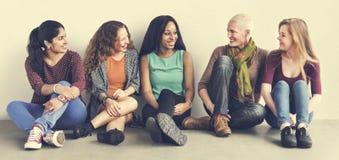 Begrepp för flickvän för sammanträde för flickakamratskapsamhörighetskänsla talande fotografering för bildbyråer