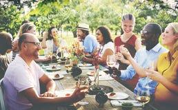 Begrepp för folk för vänkamratskap utomhus- äta middag arkivfoto