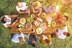 Begrepp för folk för vänkamratskap utomhus- äta middag royaltyfri foto