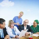 Begrepp för folkdoktor Discussion Meeting Smiling Fotografering för Bildbyråer