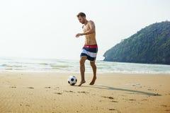 Begrepp för fotboll för semester för ferie för manstrandsommar royaltyfria bilder