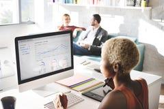 Begrepp för framgång för tillväxt för finans för analys för affärsfolk tänkande royaltyfri bild