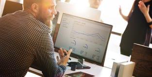 Begrepp för framgång för tillväxt för finans för analys för affärsfolk tänkande royaltyfria foton