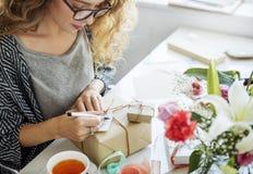 Begrepp för gåva för gåva för kvinnahandstilkort fotografering för bildbyråer