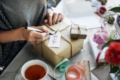 Begrepp för gåva för gåva för kvinnahandstilkort arkivbild