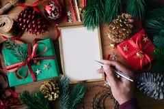 Begrepp för glad jul med mänskliga kort för handhandstilhälsning arkivbild