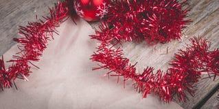 Begrepp för glad jul med röd garnering på träbräde arkivbilder