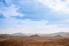 Begrepp för global uppvärmning för ökenlandskapbakgrund arkivfoton
