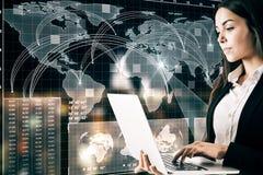 Begrepp för globalt nätverk och teknologi arkivfoto