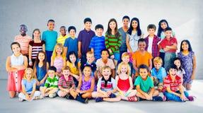 Begrepp för grupp för lycka för ungebarnmångfald arkivbilder
